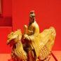 骑凤仙人 Figures et animaux ornementaux sur les tuiles du pavillon de l'Harmonie suprême - Immortel chevauchant le phénix