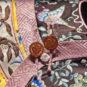 清 明黄色缎绣藤萝纹夹衬衣 Robe jaune en satin à motif de grappes brodé, dynastie Qing