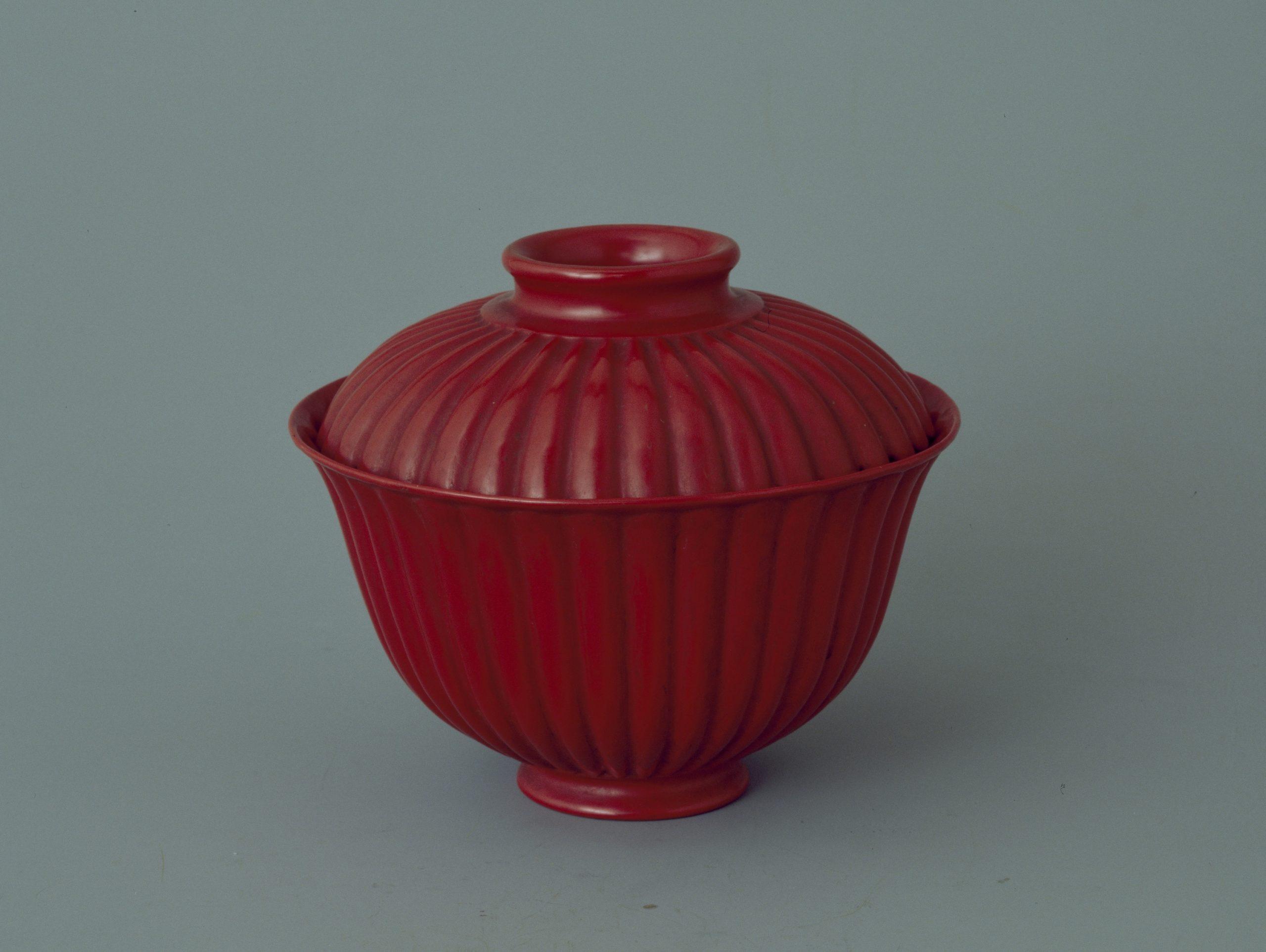 20.乾隆款菊瓣朱漆盖碗 Bol à couvercle gaiwan 盖碗 en porcelaine rouge orné de pétales de chrysanthème