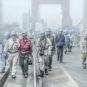 大连造船厂上早班的工人 - 史春 - 辽宁大连 Équipe du matin du chantier naval de Dalian (Dalian, province du Liaoning)