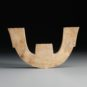 3.神人兽面纹玉三叉形器1 Couronne aux motifs de « masque » en forme de trident en jade