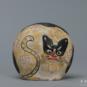 24 蚕猫 李仁荣 1996年 11×6×10cm 彩塑 中国美术馆藏 « Chat des vers à soie » Li Renrong, 1996, 11 x 6 x 10 cm, sculpture polychrome, collection du Musée d'art national de Chine